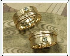 Trouwringen Linnenstructuur en wasstructuur. Van oud goud met eigen diamant.