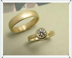 Hamerslag trouwringen geelgoud met diamant