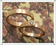 Hamerslag trouwringen van roodgoud met bruine diamant.