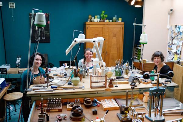 De Oogst goudsmeden in hun atelier.