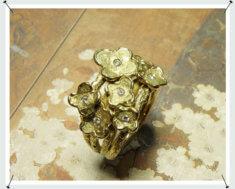 Ring met 7 bloemen, vervaardigd van eigen goud en diamanten.