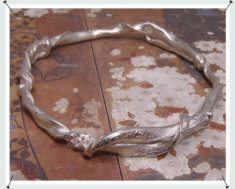 Zilveren armband met vervlochten takken.