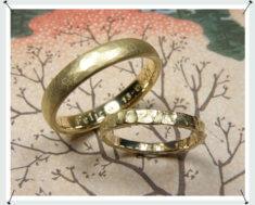 Trouwringen, geelgouden ring met hamerslag en structuur.