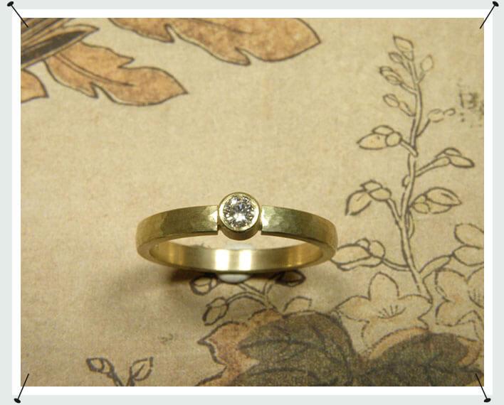 Geelgouden ring met spitse hamerslag en diamant