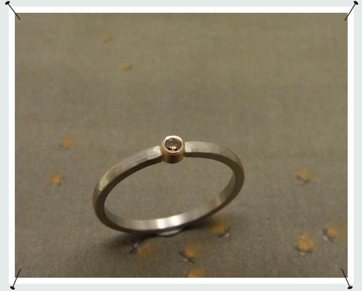 Verlovingsring, fijn model in witgoud met bruine diamant.