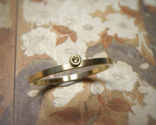 smalle geelgouden verlovingsring eenvoud met diamant. oogst edelsmid amsterdam