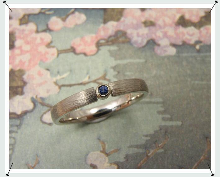 Verlovingsring, witgouden hamerslag ring met saffier.