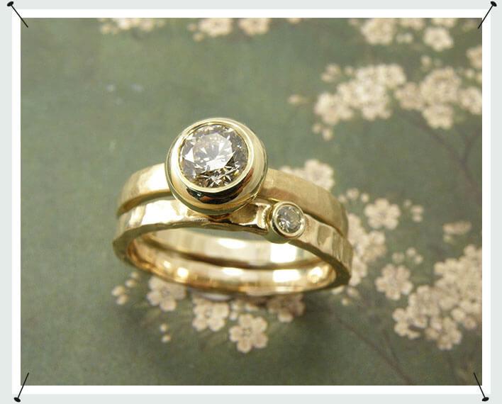 Ring. Geelgouden hamerslag ring met cape briljant geslepen diamant. Met geelgouden structuur aanschuifring met cape briljant geslepen diamant.