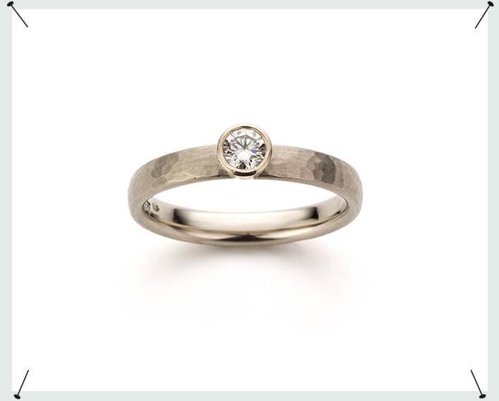 Witgouden verlovingsring met briljant geslepen diamant en hamerslag