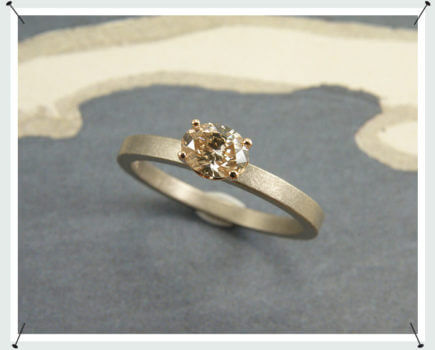 Verlovingsring witgoud met ovale diamant