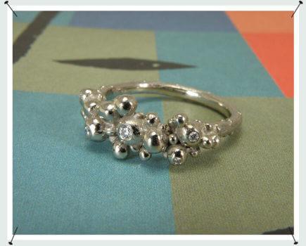 Witgouden Bessen ring met diamanten.