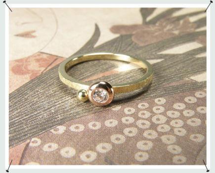 Geelgouden ring boleet met briljant geslepen diamant in roodgoud gezet. Verlovingsring met bolletje