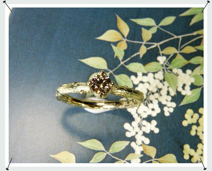 Boomgaard ring, geelgouden takje met 0,26 crt briljant geslepen diamant natural light brown , chaton ring, verlovingsring, aanzoeksring, engagement ring, twig ring, diamond ring
