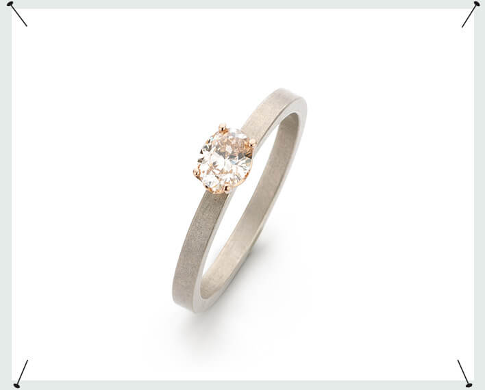 verlovingsring 'eenvoud' * witgouden ring met 0,41 ct ovaal geslepen natuurlijk bruine diamant in een roodgouden Jugendstil chaton. White gold ring with an oval cut diamond in a rose gold setting. Engagement ring. Verlovingsring.