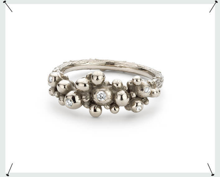 Witgouden besjes ring met diamant. White gold berries ring with diamonds. Alternative engagement ring. Statement ring.