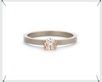 verlovingsring 'eenvoud' * witgouden ring met 0,41 ct ovaal geslepen natuurlijk bruine diamant in een roodgouden Jugendstil chaton. White gold ring with an oval cut diamond in a rose gold setting. Engagement ring. Verlovingsring.