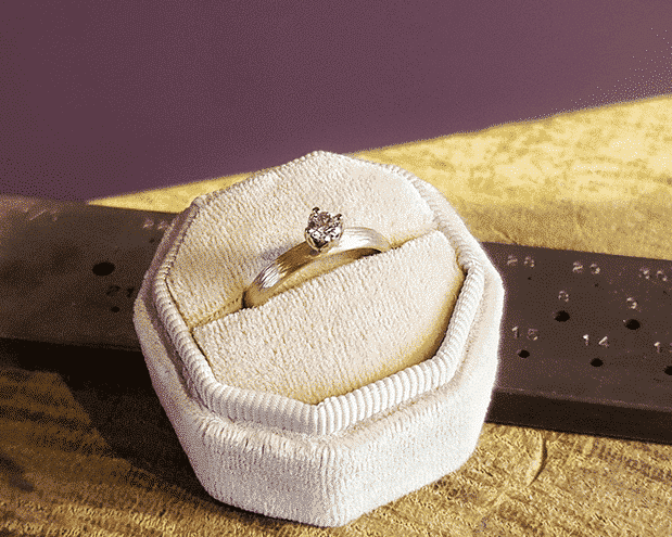 Verlovingsring roodgouden ring Ritme met diamant in witgouden tulpchaton. Engagement ring Rhythm rose gold with diamond in a tulip setting. Oogst Amsterdam