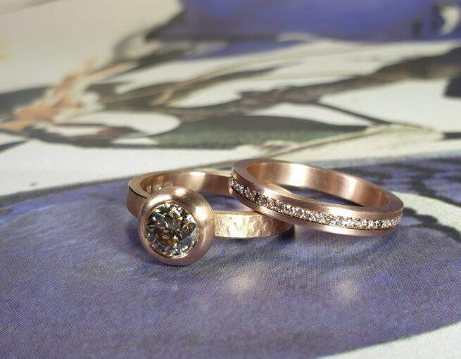 Roodgouden ringen 'Boleet' en 'Eenvoud' met Pinkish brown en light brown briljant geslepen diamant, rondom Pavé gezet.