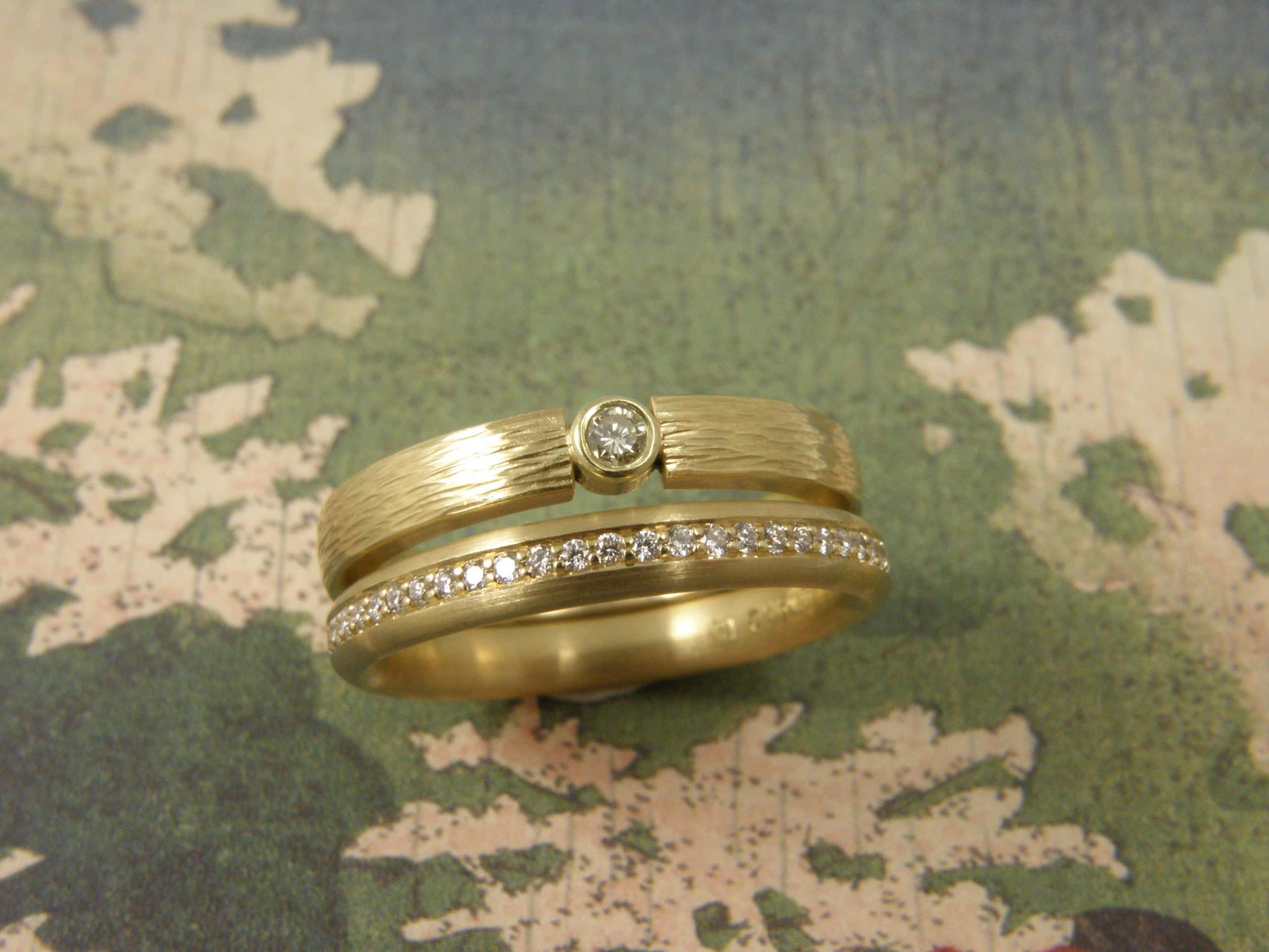 Geelgouden ringen 'Ritme' en 'Eenvoud' met briljant geslepen diamant, rondom Pavé gezet.
