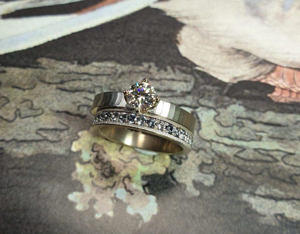 Palladium witgouden ringen 'Japonais' en 'Ton sur Ton' met een mix van verschillende tinten blauwe Spinel, rondom Pavé gezet.