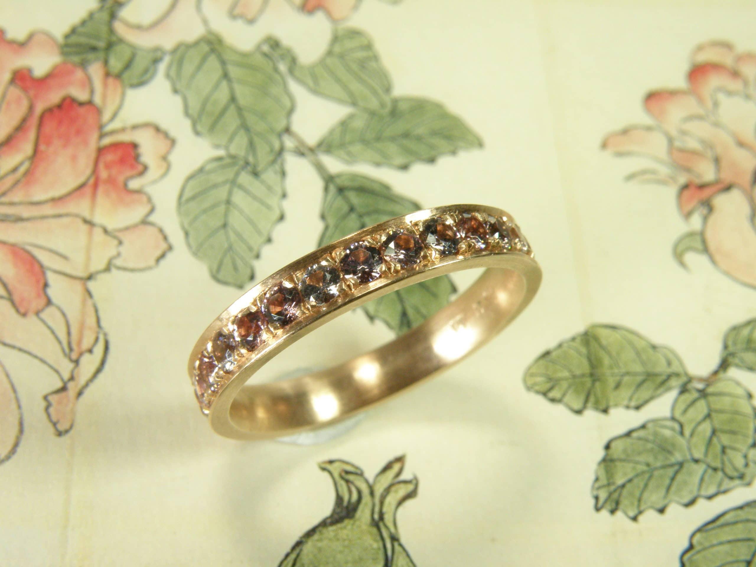 Roodgouden ring 'Ton sur Ton' met een mix van verschillende tinten roze en paarse Spinel, rondom Pavé gezet.