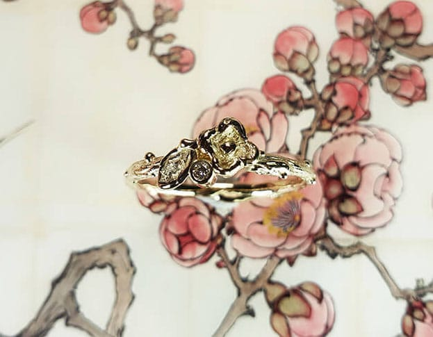 Geelgouden ring takje, blaadje, bloem en diamant. Geboortesieraad. Baargoud. Yellow gold ring twig, leaf, flower and diamond. Push present. Birth gift. Oogst ontwerp & creatie