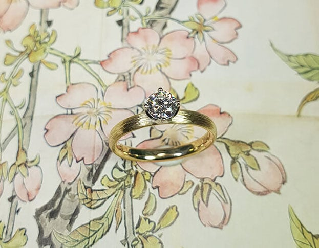 Verlovingsring 'Ritme'. Geelgouden ring met hamerslag en diamant. Engegement ring 'Rhythm'. Yellow golden ring with hammering and a diamond. Oogst goudsmeden Amsterdam.