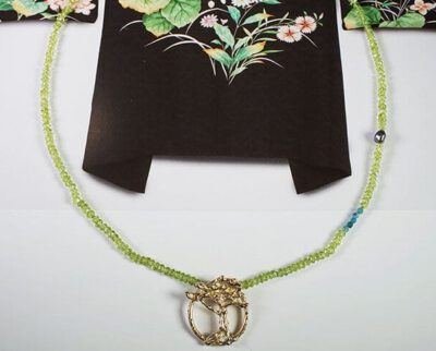 roségouden boom aan peridoot, apatiet en keshi parel collier. Rose golden tree with peridote, apatiet and keshi pearl necklace. Oogst Amsterdam.