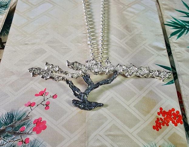 Zilveren boom aan verfijnd lang ankercollier met een oxyd keshi parel. Silver necklace with tree pendant and keshi pearl. Oogst goudsmeden Amsterdam.