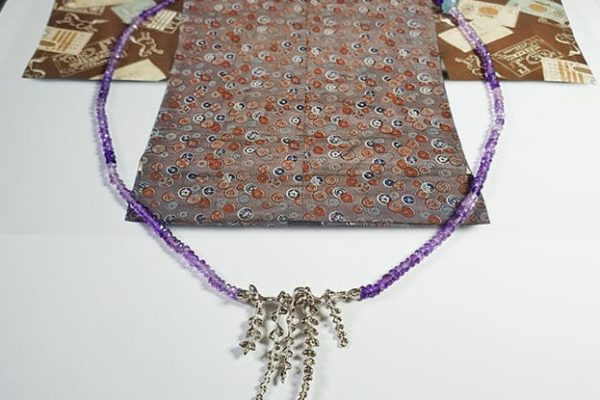 Amethist collier met witgouden bloesems. Amethyst necklace with white gold blossoms. Japonais. Oogst goudsmid Amsterdam