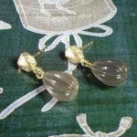 Geelgouden Kei oorsieraden met grijze maansteen lampionnetjes. Yellow gold Rock earrings with grey moonstone lanterns. Earrings handmade . Oogst goudsmid Amsterdam. Goldsmith