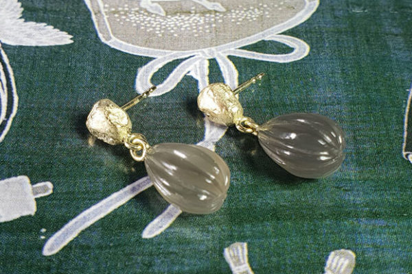 Geelgouden Kei oorsieraden met grijze maansteen lampionnetjes. Yellow gold Rock earrings with grey moonstone lanterns. Earrings handmade . Oogst goudsmid Amsterdam. Goldsmith