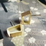 Geelgouden torii oorsieraden japonais. Yellow gold stud earrings. Oogst goudsmid Amsterdam