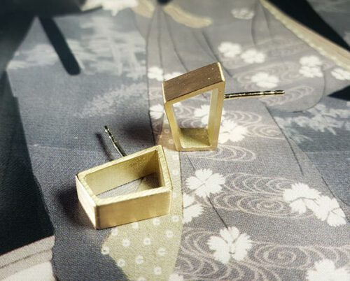 Yellow gold stud earrings 'Torii'. Oogst goldsmith Amsterdam