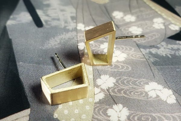 Geelgouden torii oorsieraden japonais. Yellow gold stud earrings. Oogst goudsmid Amsterdam