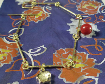 Geelgouden armband met bloesem en koraal. Yellow gold bracelet with a coral and with yellow gold flower. Japonais. Oogst goudsmid Amsterdam
