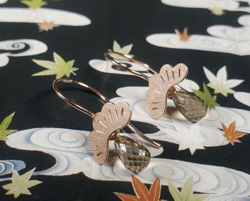 Roodgouden oorsieraden met rookkwarts Dennen. Rose gold Pine earrings with smokey quartz. Oogst goudsmid Amsterdam