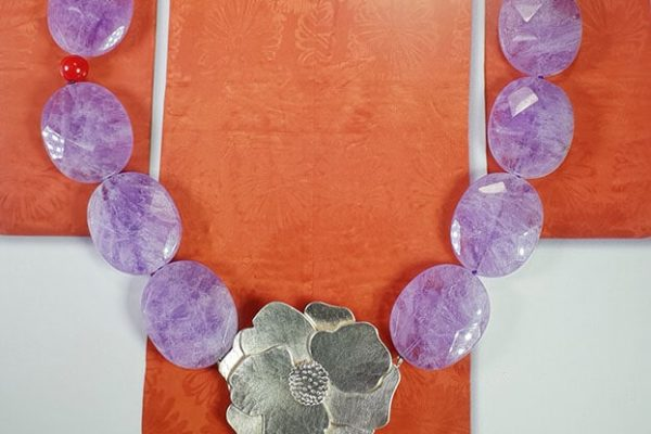 Amethist collier met zilveren camelia. Necklace amethyst with silver camelia. Oogst goudsmid Amsterdam