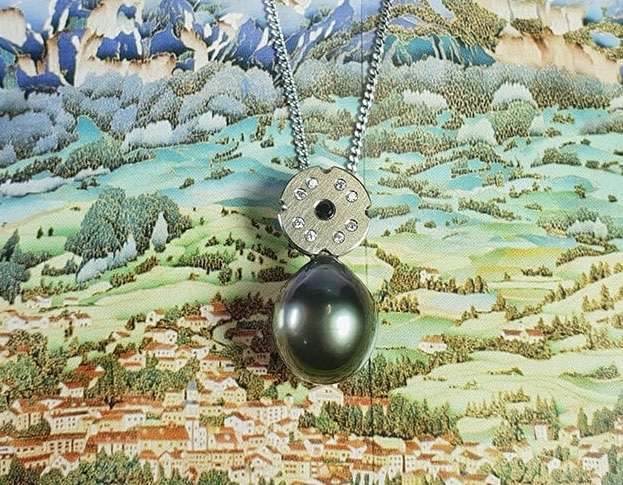 Witgouden hanger met Tahiti Zuidzee parel en witte en zwarte diamanten. White gold pendant with Tahitian South Sea pearl and white and black diamonds. Oogst goudsmid Amsterdam