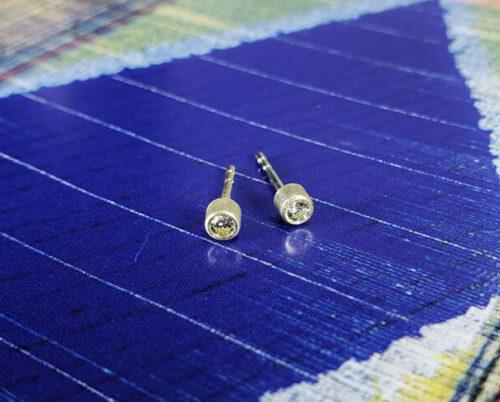Geelgouden oorsieraden met cape kleurige diamant. Gemaakt in het Oogst atelier in Amsterdam.
