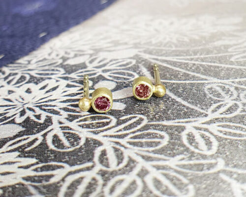 Yellow gold 'Berries' ear studs with fancy pink diamonds. Design by goldsmith Oogst in Amsterdam.