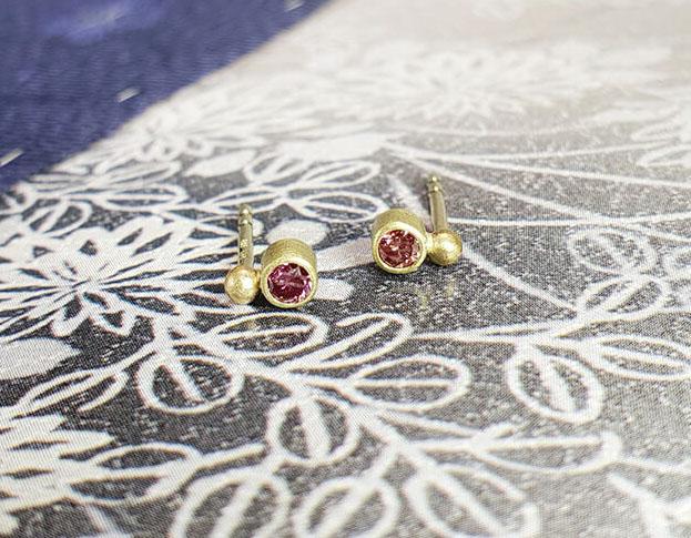 Geelgouden oorbellen 'Besjes' met fancy roze diamant. Ontwerp van Oogst goudsmid in Amsterdam