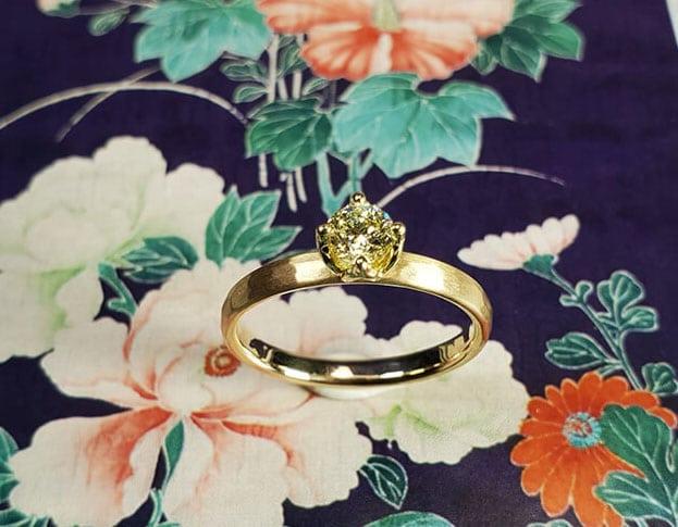 Verlovingsring 'Ritme' roodgouden ring met hamerslag en 0,10 crt natuurlijk bruine diamant in roodgouden zetting. Engagement ring 'Rhythm' rose golden ring with hammering and 0,10 crt natural brown diamond in rose golden setting. Oogst goudsmeden Amsterdam.