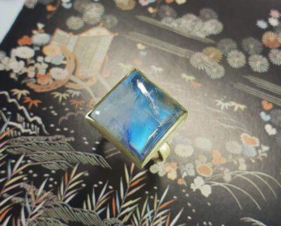 Geelgouden ring met maansteen. Geboortecadeau. Baargoud. Yellow gold ring with moonstone. Birth gift. Push present. Oogst Amsterdam ontwerp & creatie