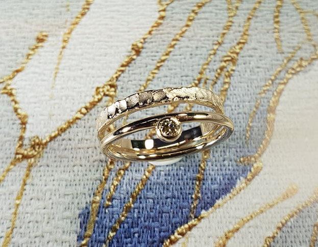 Aanschuifringen 'Bes' & 'Deining' van eigen goud vervaardigde ring met 0,05 ct cape diamant en structuur ring. Stack rings 'Berry' & 'Swell' ring made of heirloom gold with 0,05 crt cape diamond and structure ring. Oogst goudsmeden Amsterdam.