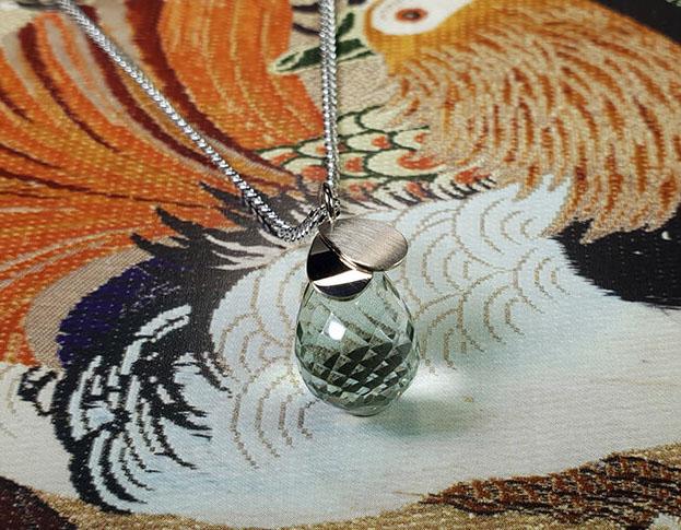 Witgouden hanger Blaadjes met briolet geslepen prasioliet. White gold pendant Leafs with a briolet cut prasiolite. Oogst goudsmid Amsterdam