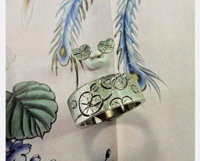 Witgouden ring met waterlelie handgravure en diamant