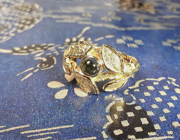 Ring 'Boomgaard' ring met textuur en vijf blaadjes met een aquamarijn van eigen oud goud gemaakt. Ring 'Orchard' textured ring made of heirloom gold with 5 leafs and an aquamarine. Uit het Oogst atelier Amsterdam.