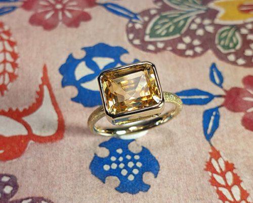 Ring 'Carré' van eigen goud met emerald geslepen Citrien. Ring 'Carré' created from heirloom gold with a citrine. Oogst goudsmid Amsterdam