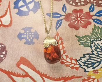 Gouden hanger Hartje met Barnsteen pampel aan anker schakel collier. Geboortecadeau